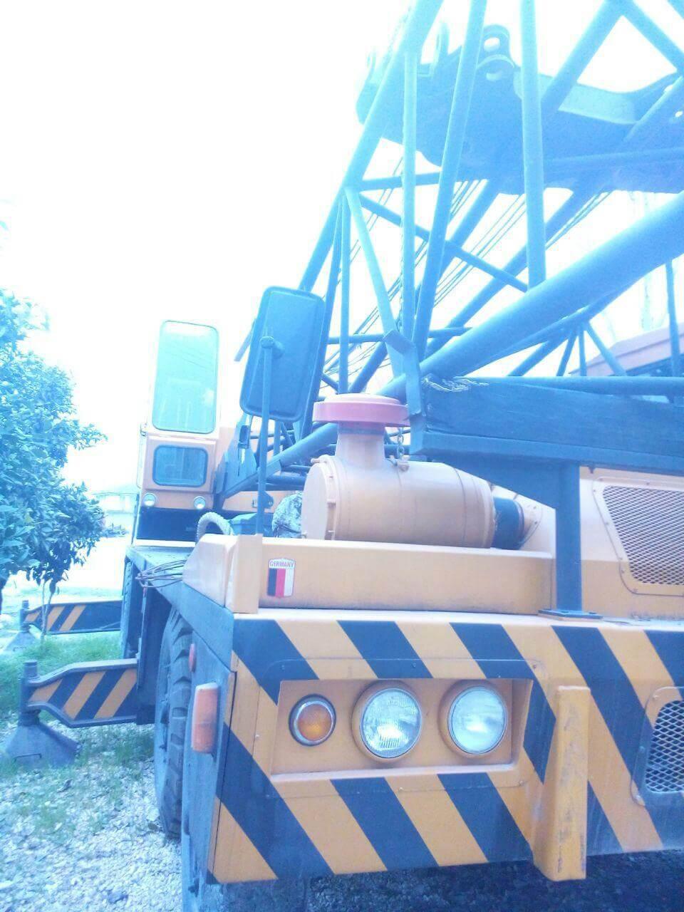 جرثقیل بوم خشک یک دستگاه جرثقیل بوم خشک 140 تن  با چرخ های لاستیکی و 53 متر دکل 1 1