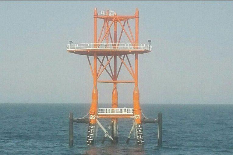 پیشنویس خودکار سه پایه و عرشه مشعل نخستین سکوی فاز ١٣ نصب شد Deck 765x510